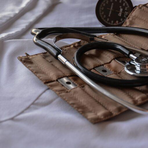 Blutdruckmessgerät auf weißem Stoff